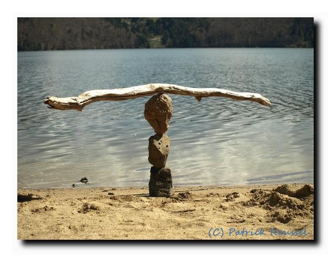 Tout est question d'équilibre. (D'autres photos comme celle-là à la page http://hiaoh.free.fr/pierreindex.html